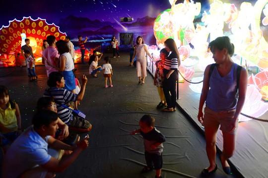 Lồng đèn với hình dáng những con vật khổng lồ được trưng bày tại Thung Lũng Sao Băng trong khu đô thị