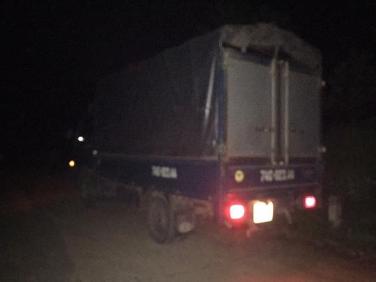Chiếc xe tải các thương lái bị nhóm công an xã Hồng Thủy chặn