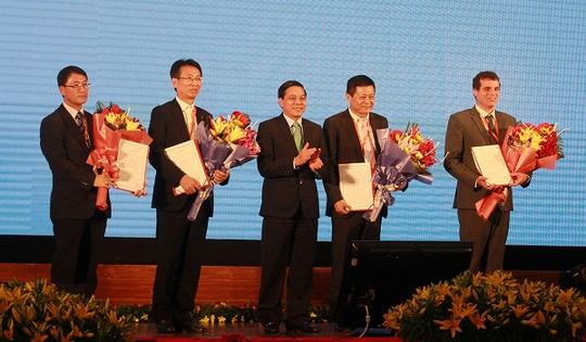 Lãnh đạo Hải Phòng trao giấy phép cho các nhà đầu tư