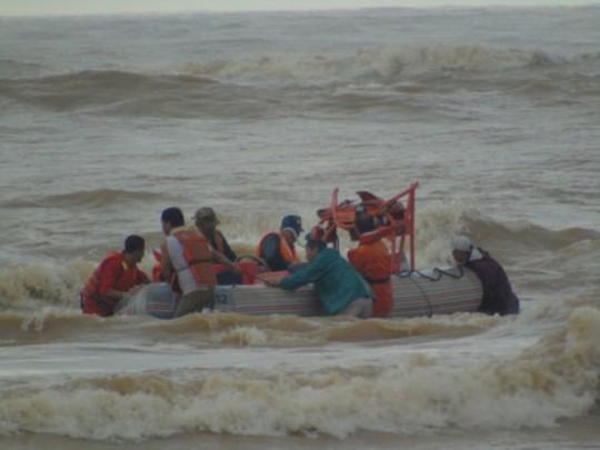 Lực lượng cứu hộ rất nổ lực để cứu thành công 4 thuyền viên