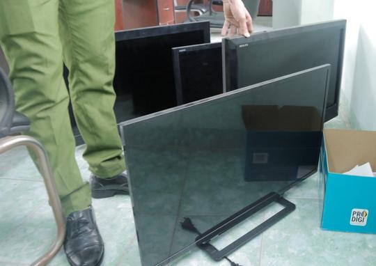 Công an tìm được những chiếc tivi của công nhân bị mất trộm và sắp trả về cho nạn nhân