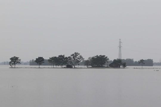 Đường vào xã Phương Mỹ, huyện Hương Khê bị nước lũ cô lập hoàn toàn, giao thông bị chia cắt