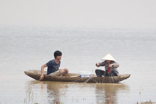 Để đảm bảo nguồn thực phẩm, người dân phải thả lưới đánh bắt ngay trên dòng nước lũ để tìm thức ăn hàng ngày.