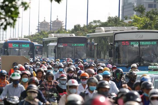 Dòng xe bus kẹt cứng trên xa lộ