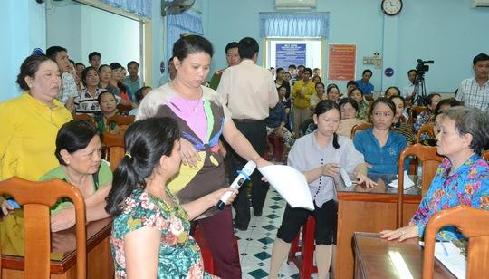 Hàng trăm tiểu thương đã phản đối quyết liệt về thông báo di dời tại cuộc họp.