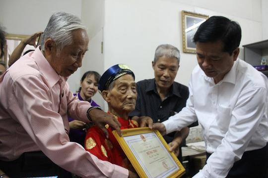 Bí thư Thành ủy TP HCM Đinh La Thăng thăm cụ Nguyễn Văn Hưu