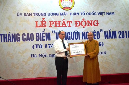 Chủ tịch Ủy ban Trung ương MTTQ Việt Nam Nguyễn Thiện Nhân nhận đóng góp từ các nhà hảo tâm