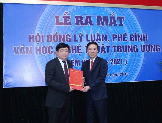 Ông Nguyễn Thế Kỷ (bìa trái) nhận quyết định phân công của Bộ Chính trị. Ảnh: TTXVN