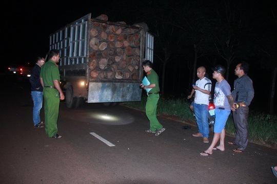 Công an huyện Ea H'leo tạm giữ xe chở gỗ sau khi nhận tin báo của phóng viên.Ảnh: CAO NGUYÊN