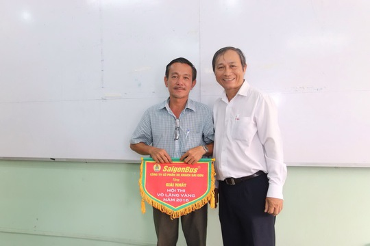 Ông Nguyễn Châu Nghĩa, Chủ tịch Công đoàn Tổng Công ty Cơ khí Giao thông Vận tải Sài Gòn, trao giải nhất cho thí sinh Nguyễn Anh Tâm