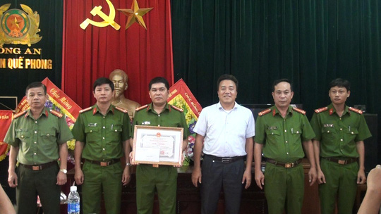 UBND huyện Quế Phong khen thưởng các chiến sĩ tham gia triệt phá đường dây buôn bán ma túy.