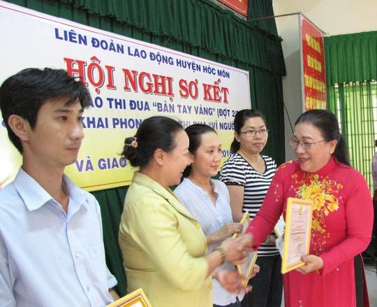 Bà Nguyễn Thị Bích Thủy, Phó Chủ tịch LĐLĐ TPHCM tặng bằng khen cho các cá nhân, tập thể có thành tích xuất sắc