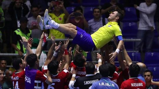 Các cầu thủ Iran công kênh vua futsal Falcao của Brazil, bại tướng của họ ở vòng 1/8