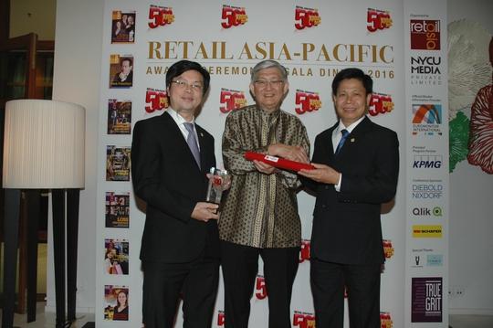 Ông Phạm Trung Kiên và ông Trần Lâm Hồng, hai Phó Tổng Giám đốc Saigon Co.op tại sự kiện nhận giải tại Singapore - Ảnh: Gia Ninh