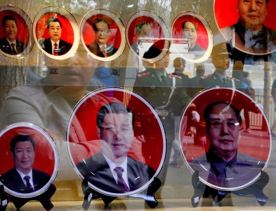 Vật lưu niệm có hình các lãnh đạo Trung Quốc trong một cửa hàng ở Bắc Kinh. Ảnh: REUTERS
