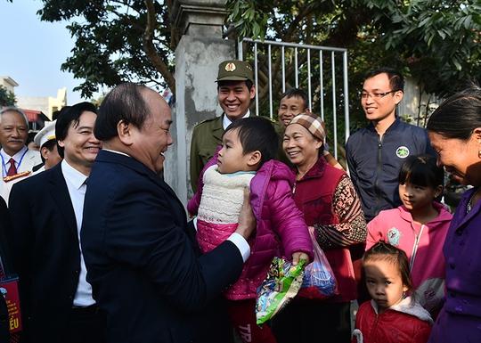 Thủ tướng Nguyễn Xuân Phúc thăm hỏi người dân trong chuyến làm việc tại tỉnh Hưng Yên ngày 11-12