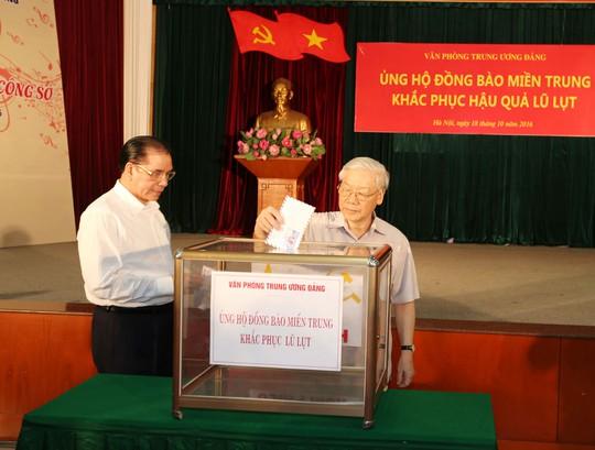 Tổng Bí thư Nguyễn Phú Trọng và nguyên Tổng Bí thư Nông Đức Mạnh tham gia ủng hộ Ảnh: TTXVN