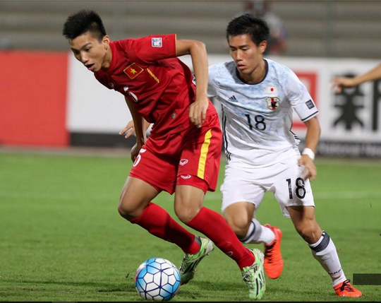 Dù nhiều cầu thủ Nhật có thể hình thấp bé nhưng tranh chấp quyết liệt và thường xuyên đẩy U19 Việt Nam vào thế rượt theo bóng
