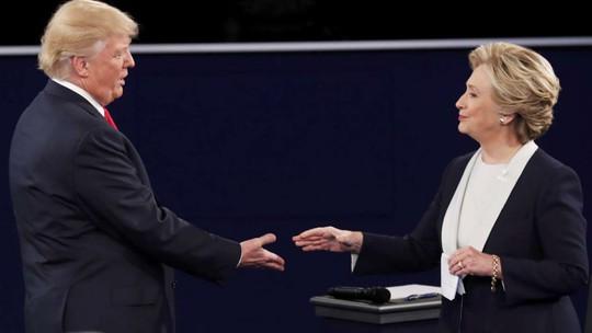 Bà Clinton và ông Trump bắt tay sau khi cuộc tranh luận kết thúc. Ảnh: Reuters