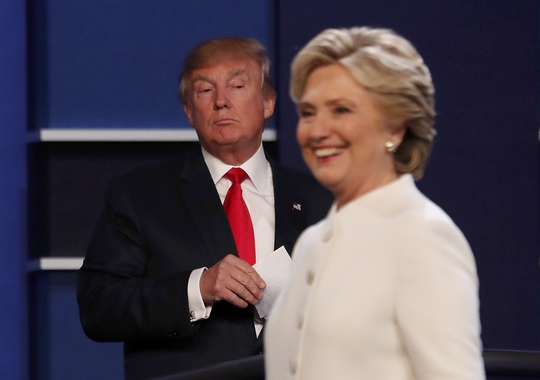 Hai ứng viên Hillary Clinton và Donald Trump tại cuộc tranh luận lần 3. Ảnh: Reuters