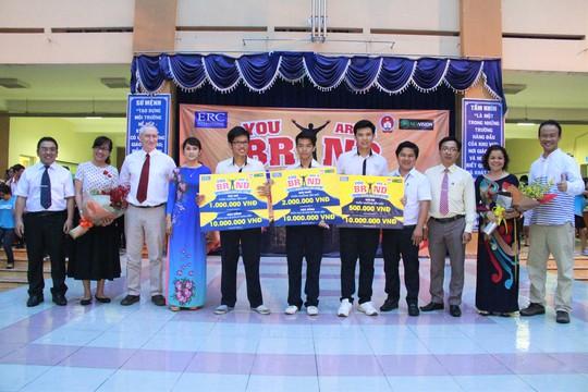 Đại diện ERC và Ban Giám hiệu trường THPT Tây Thạnh trao giải cho các học sinh