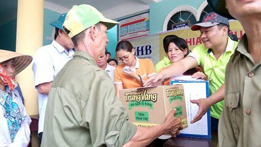 Người dân phấn khởi vì nhận được phần quà hỗ trợ