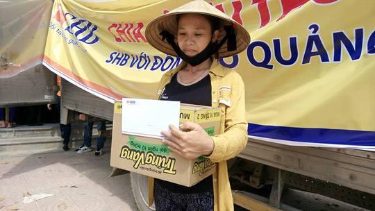 Chị Nguyễn Thị Hạnh xúc động nhận phần quà hỗ trợ