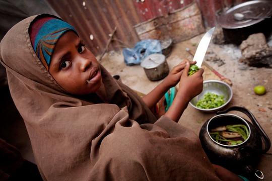 Một em gái giúp gia đình nấu ăn tại thủ đô Mogadishu - Somalia Ảnh: UNICEF