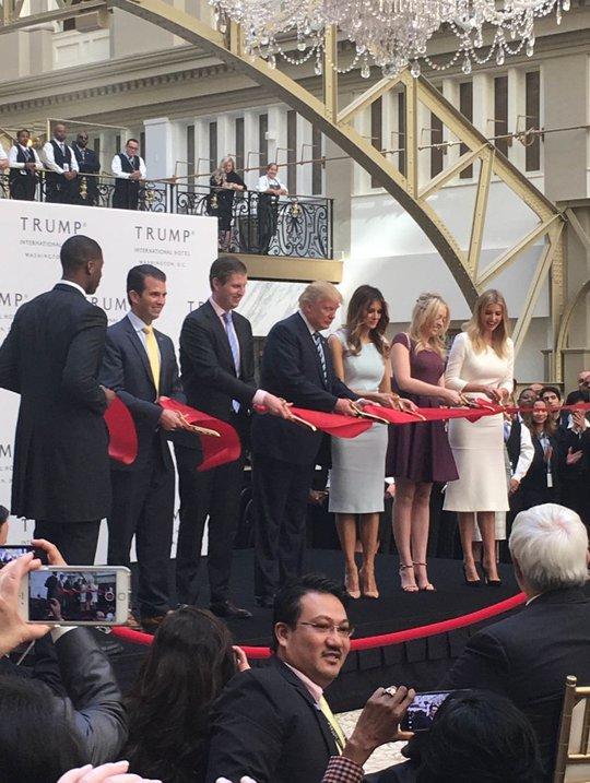 Tỉ phú Donald Trump và người thân cắt băng khánh thành khách sạn quốc tế Trump hôm 26-10. Ảnh: The Washington Times
