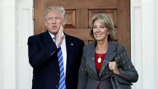 Ông Trump và nữ tỉ phú Devos. Ảnh: Reuters