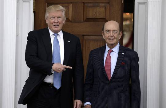 Ông Trump và tỉ phú Ross. Ảnh: EPA
