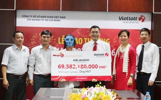 Vietlott ngày 12-12 tổ chức trao giải Jackpot - Mega 6/45 của kỳ quay số mở thưởng số 61 ngày 7-12-2016 với trị giá giải đặc biệt 69.582.180.000 đồng cho một khách hàng tại TP HCM - Ảnh: Vietlott
