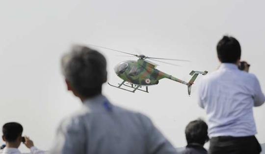 Phần trình diễn của trực thăng Hughes MD-500 Ảnh: AP