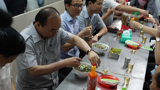 Thủ tướng Nguyễn Xuân Phúc ăn phở. Ảnh CTV