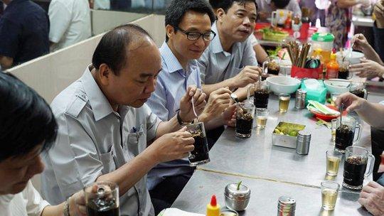 Thủ tướng Nguyễn Xuân Phúc uống cà phê. Ảnh CTV