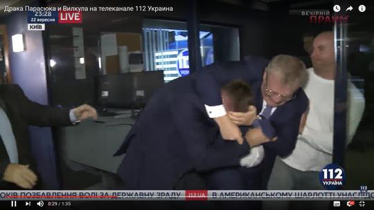 """Nghị sĩ Ukraine """"đấu võ"""" sau khi tranh luận trên truyền hình"""