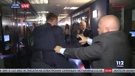Hai nghị sĩ Ukraine ẩu đả ngay trên sóng trực tiếp. Ảnh: Youtube