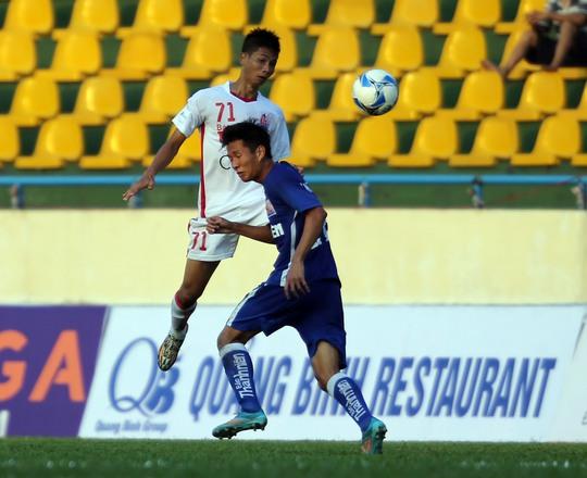 Hậu vệ U21 Than Quảng Ninh ngăn cản pha bóng của A Hoàng (71, U21 HAGL) Ảnh: Quang Liêm