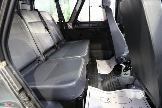 Xe đủ chỗ ngồi thoải mái cho 5 người lớn. Ghế bọc da nhân tạo.