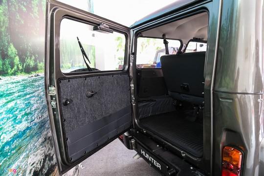 Cánh cửa phía sau mở ngang, chừa không gian cho khoang hành lý. Mẫu xe này cách âm rất kém bởi cửa mỏng và không có vật liệu hấp thụ âm phía trong.