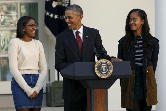Ông Obama bên 2 cô con gái Sasha (15 tuổi) và Malia (18 tuổi). Ảnh: Reuters
