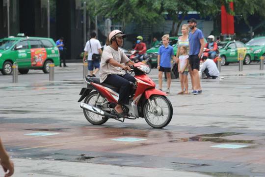 Người đi xe máy vẫn vô tư băng qua phố đi bộ