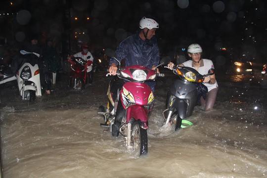 Người người vất vả đẩy xe trong nước