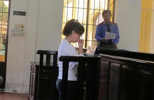 Ngân nghe VKS đọc cáo trạng truy tố vì hành vi hại chết con nhỏ