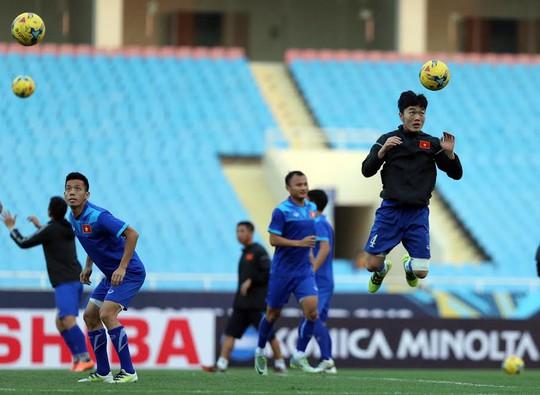 Các tuyển thủ Việt Nam tập đánh đầu hôm 6-12 Ảnh: Quang Liêm