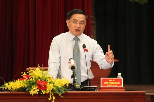 Giám đốc Sở Xây dựng Trần Trọng Tuấn trả lời chất vấn của đại biểu HĐND sáng 8-12
