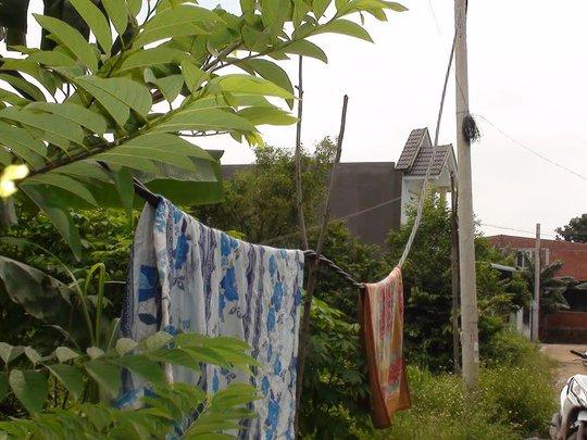 Dây và cột điện kéo dở dang từ 2 năm nay thành nơi phơi quần áo mùng mền