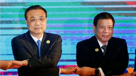Tổng thống Duterte (phải) và Thủ tướng Lý Khắc Cường. Ảnh: Reuters