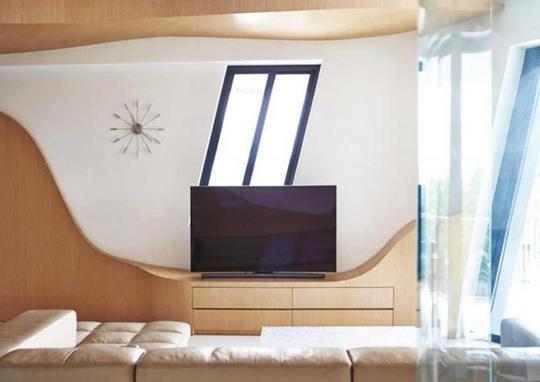 Một vài chi tiết màu đen như tivi, khung cửa sổ đem tới sự cá tính, mạnh mẽ cho căn nhà.