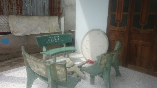 Bộ bàn đá nơi nhóm nhậu ngồi cũng bị hư hại nặng sau khi án mạng xảy ra